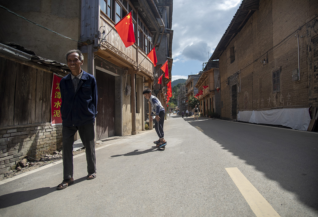 节日的老街.jpg